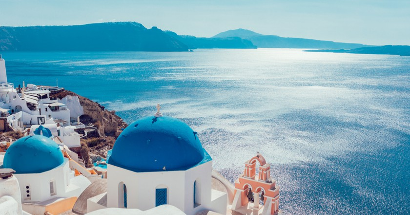 Peering over the cliffs of Santorini | © Anastasios71/Shutterstock