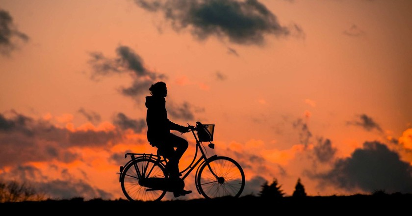 """<a href = """"https://pixabay.com/en/silhouette-fitness-bless-you-bike-683751/""""> Cyclist against the sunset 
