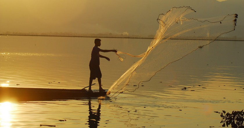 Thai fisherman casts his net | © Kwan Phayao/Flickr