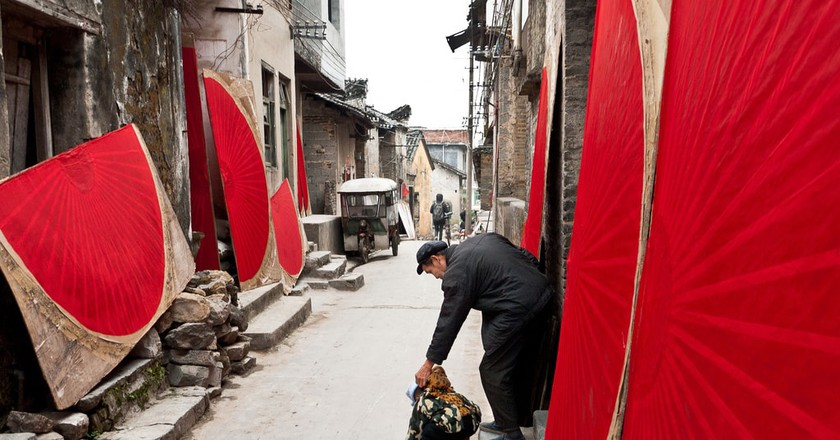 Hand painted fans dry in a narrow street in Fuli, China / Will De Freitas / Flickr