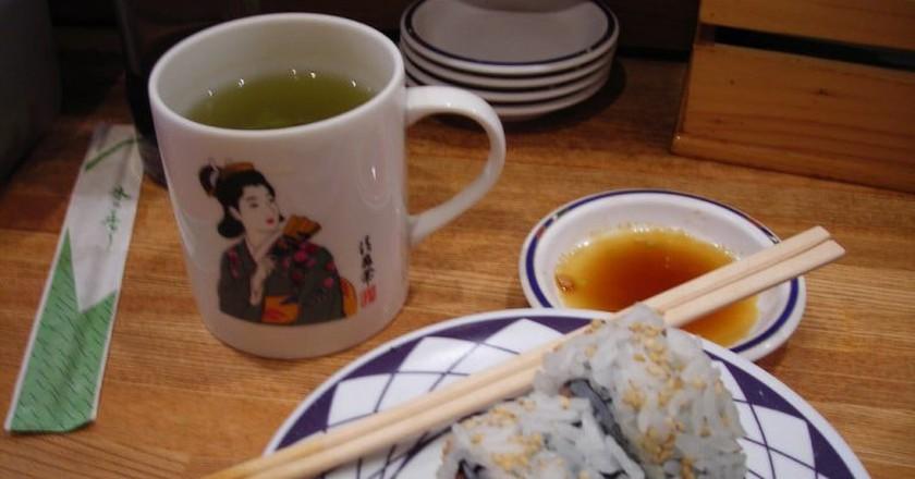 Comiendo sushi en el Kulu Kulu | © JJ Merelo/Flickr