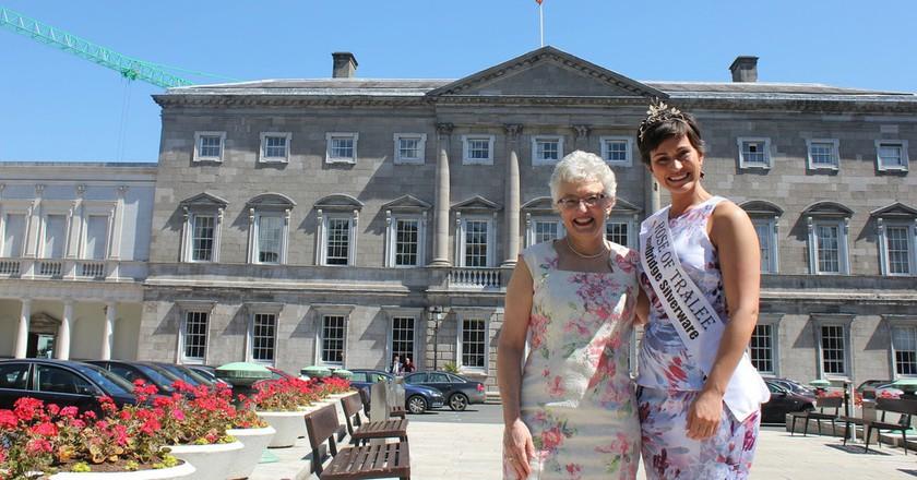 Irish Senator Catherine Zappone outside Irish parliament with Rose of Tralee Maria Walsh | © Catherine Zappone/ Flickr