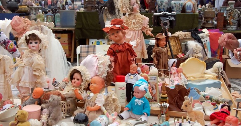An impressive doll collection for sale on a Bruges flea market | © Lisa-Lisa / Shutterstock
