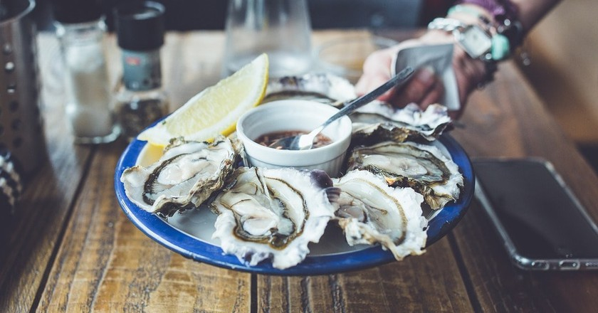 Enjoying some oysters | © Pexels / Pixabay