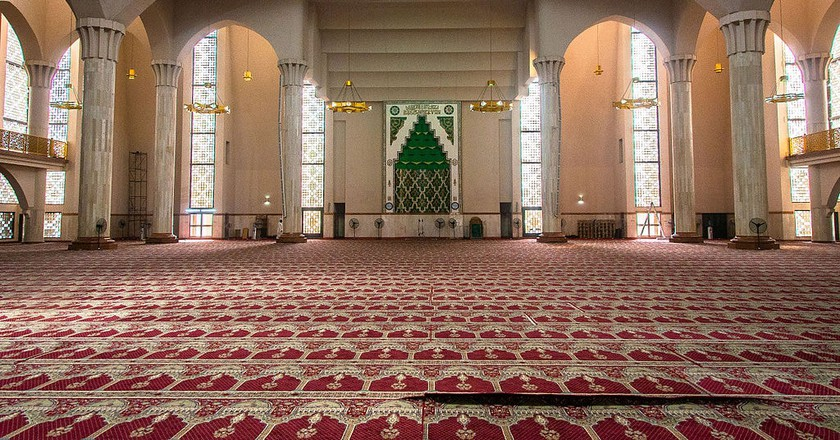 Interior view of the National Mosque Abuja |© Mark Fischer / Flickr