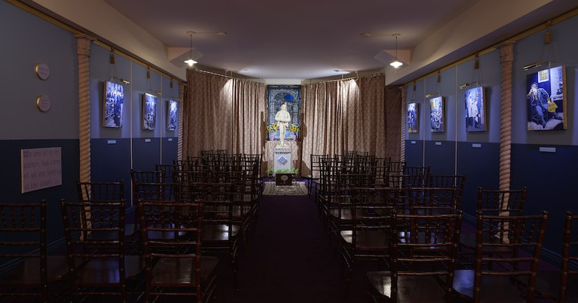 McDermott & McGough, Oscar Wilde Temple, 1917, MMXVII (installation view) Russell Chapel, The Church of the Village, New York | © McDermott & McGough. Photo by Elisabeth Bernstein