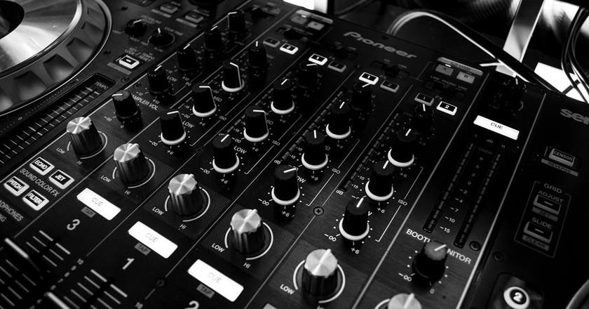 DJ  | ©  Stephen Niemeier/pexels