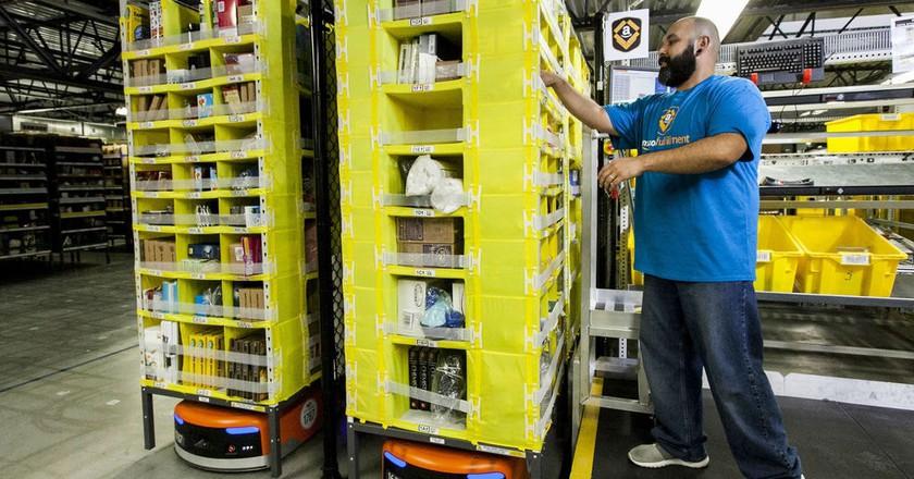 An Amazon employee with the Amazon Robotics technology | © Amazon