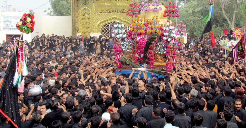 Shia mourners touch Ziarat and Alams, Sukkur, Pakistan | © Asianet-Pakistan/Shutterstock