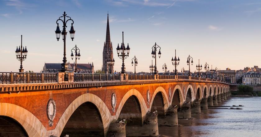 Pont de pierre at sunset in Bordeaux, France | © Oscity/Shutterstock
