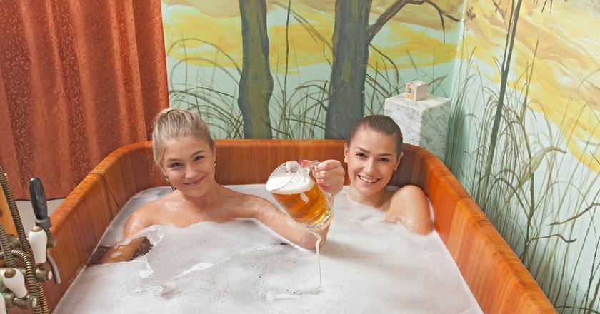 Relaxing in a beer bath | © Rades/Shutterstock