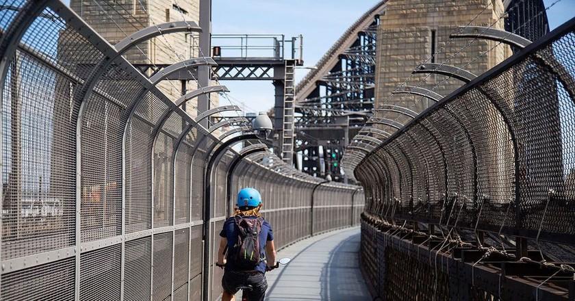 Sydney Harbour Bridge cyclist   © Robert Krön/Wikimedia Commons