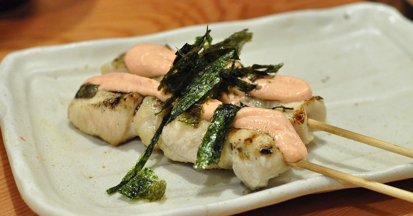 Chicken breast yakitori topped with nori, mayo and cod roe | © Ocdp / WikiCommons