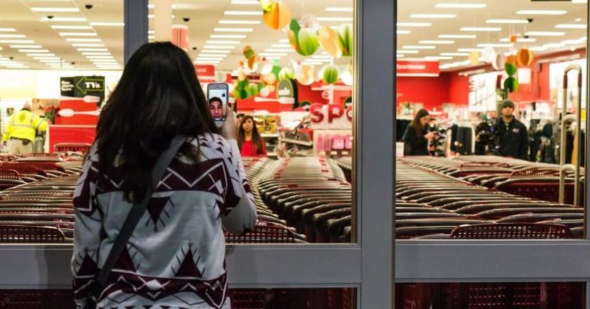 A shopper outside a store on Black Friday | © Powhusku / Flickr