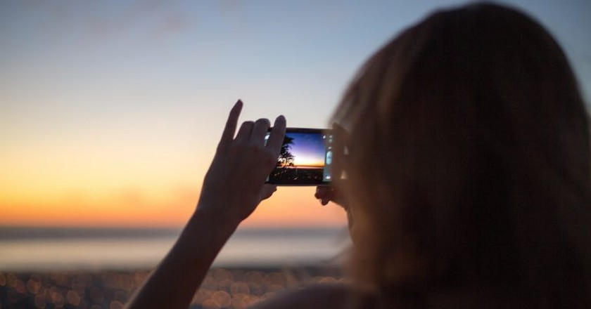 girl_with_android_phone_takes_picture_of_sunset.jpg | © Scott Schiller/Flickr
