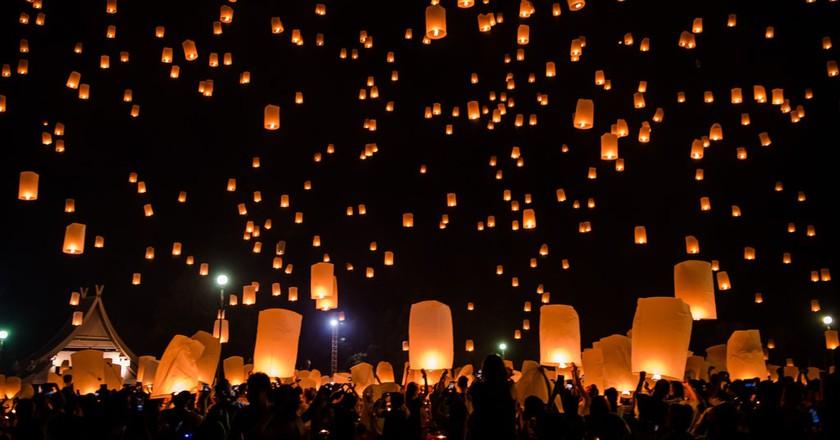 Friends releasing a lantern   © Stefan Magdalinski/Flickr