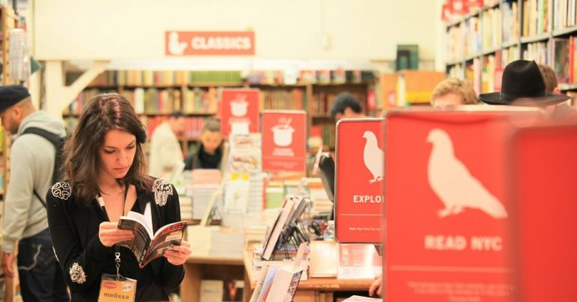 Melissa, the reader @Strand | © Marco/Flickr