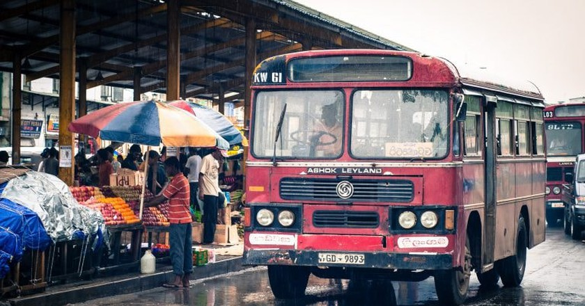 A red bus in the rain in Colombo | ©  Jérôme Decq / Flickr