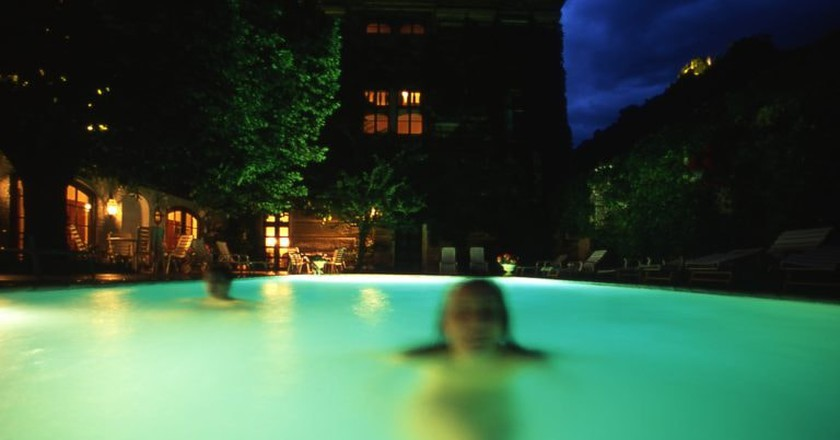 Swimming outdoors at the spa | © Hotel Schloss