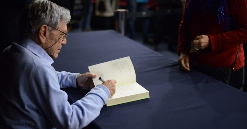 Amos Oz signing a book, 2017 |© Fronteiras do Pensamento / Flickr