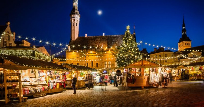 People enjoy Christmas market in Tallinn | ©  Igor Sokolov/Shutterstock