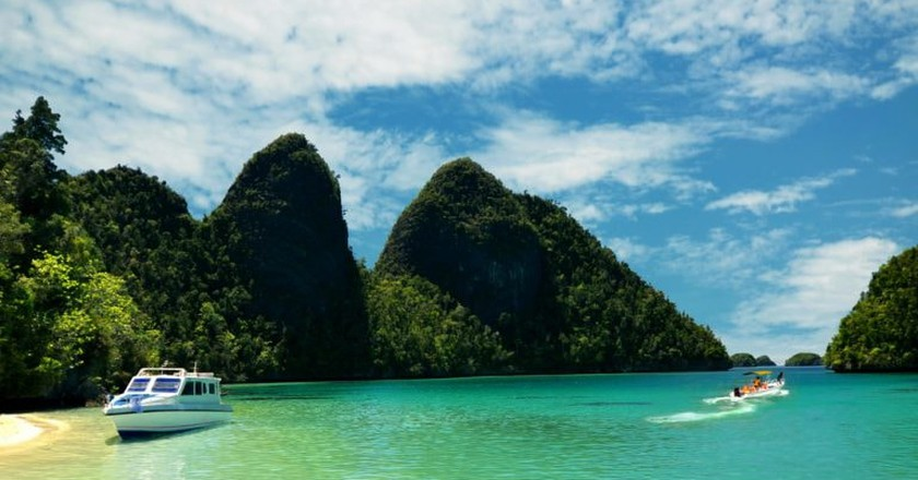 Island-hopping in Raja Ampat, Papua | © nmedia/ Shutterstock