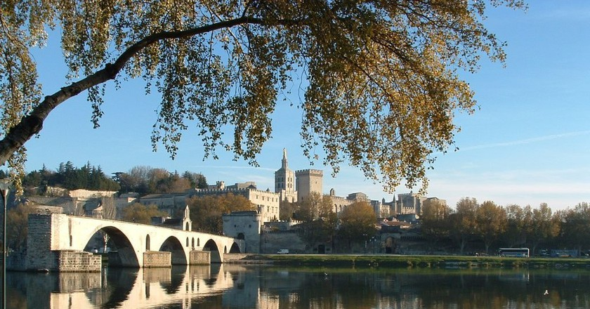 The Pope's Palace in Avignon and the famous Bénezet bridge |© Chimigi / WikiCommons