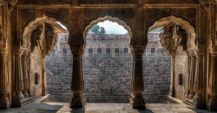 Looking out toward the Chand Baori stepwell near Jaipur | © Brando/Flickr