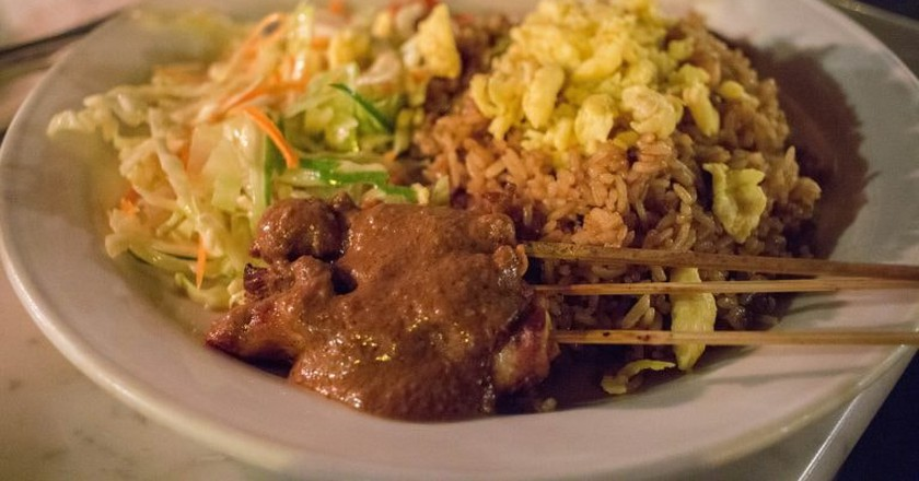 Nasi goreng with satay | © LWYang/Flickr