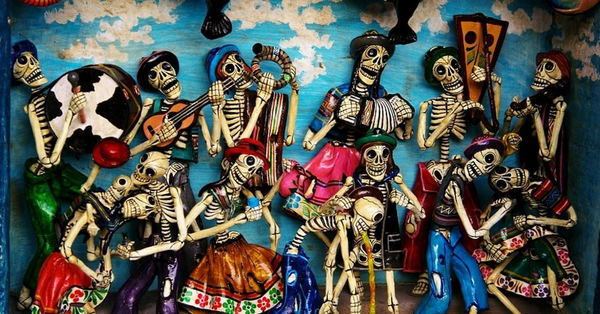 Mexican skeleton figurines | © Carmelo Speltino/Flickr