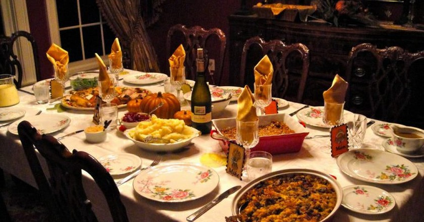 Beautiful table with thanksgiving food | © hildgrim / Flickr
