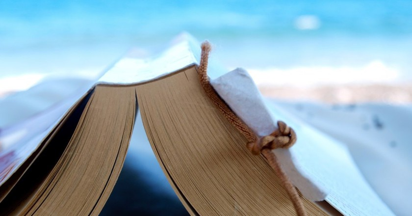 Reading a book at the beach | © Simon Cocks/Flickr