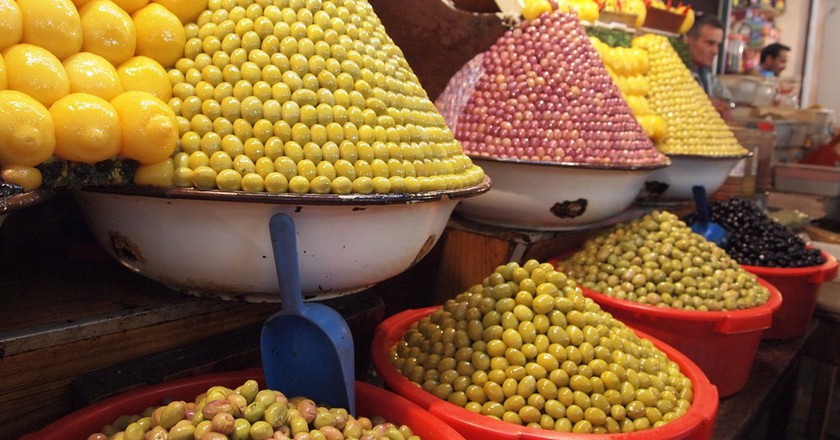 Multi-coloured olives on sale in a Moroccan souk | © Shantanu Shah / Flickr