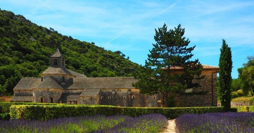 At Senanque Abbey you get two in one - an old, historic building with lavender fields   © Hans/Pixabay