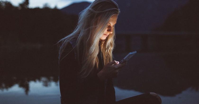 Texting at night |© Becca Tapert / Unsplash