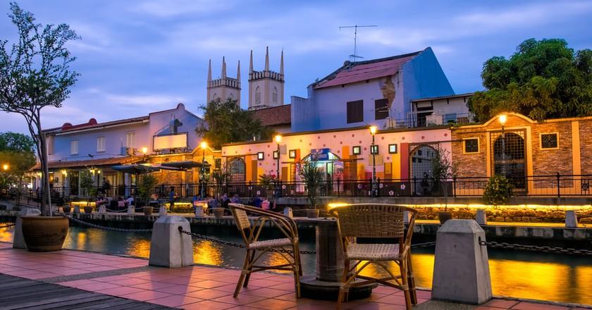Cafe by the Malacca River © Shemyakina Tatiana/Shutterstock