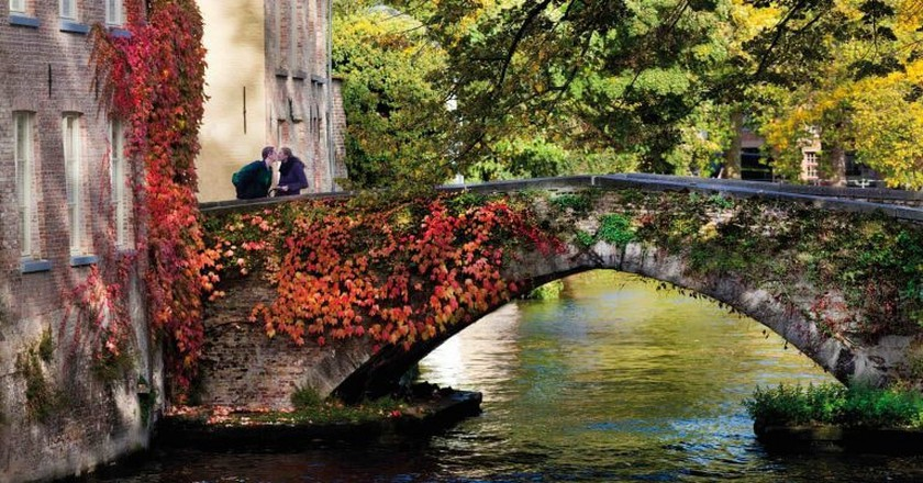 A couple enjoying Bruges' romantic canals | © Jan D'Hondt / Visit Bruges