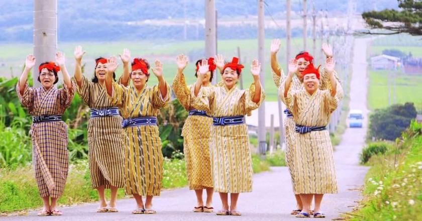 KBG84(小浜島ばあちゃん合唱団)「Come on and Dance 小浜島」 | ©  THE COMPANY NEWS / Youtube