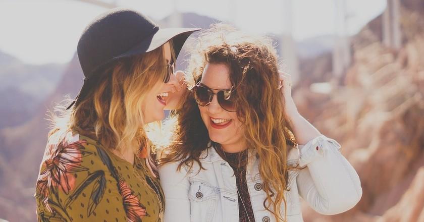 Girls laughing at hilarious German jokes | © StockSnap/Pixabay