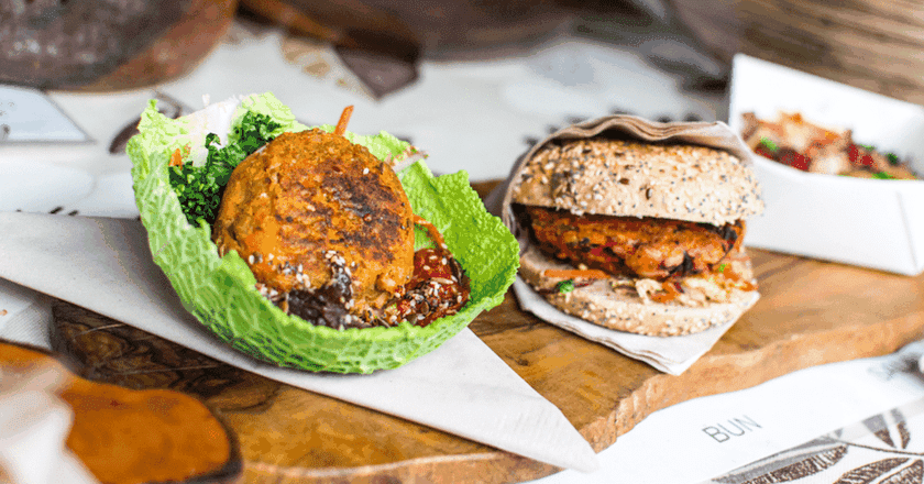 Vegetarian burger | © Jakub Kapusnak / Foodiesfeed