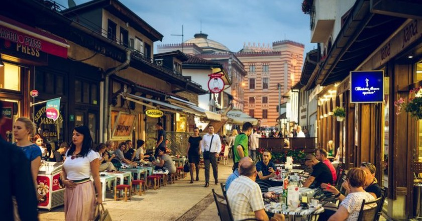 People having iftar dinner on streets of Sarajevo, Bosnia, during holy muslim month of Ramadan | © Ajan Alen/Shutterstock