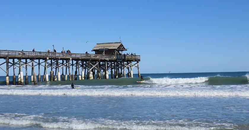 Surfing at the Cocoa Beach Pier | ©Leonard J. DeFrancisci / WikiCommons
