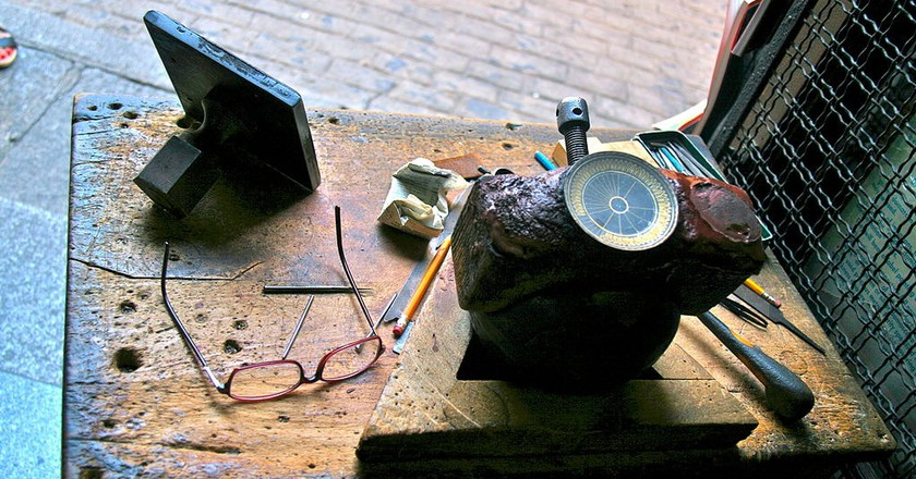"<a href=""https://commons.wikimedia.org/wiki/File:Mesa_de_damasquinero_-_Toledo.JPG"" rel=""noopener"" target=""_blank"">A damascene artisan's tools 