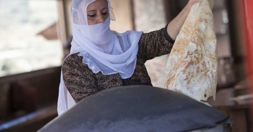 A Druze woman makes a classic Druze pita bread | © israel_photo_gallery / Flickr https://www.flickr.com/photos/israelphotogallery/10924218956/