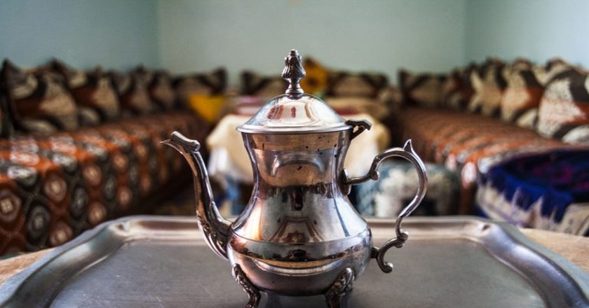 A pot of tea in a traditional Moroccan salon |© Rachid Ahitass / Flickr