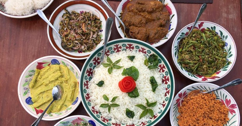 Lots of Sri Lankan curries / Photo by Author
