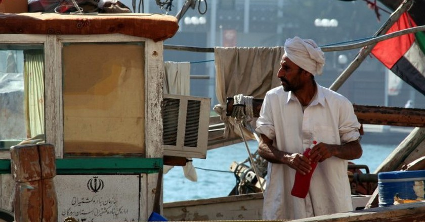 Traditional dhow boatman at work in Dubai | © Nico Crisafulli / Flickr