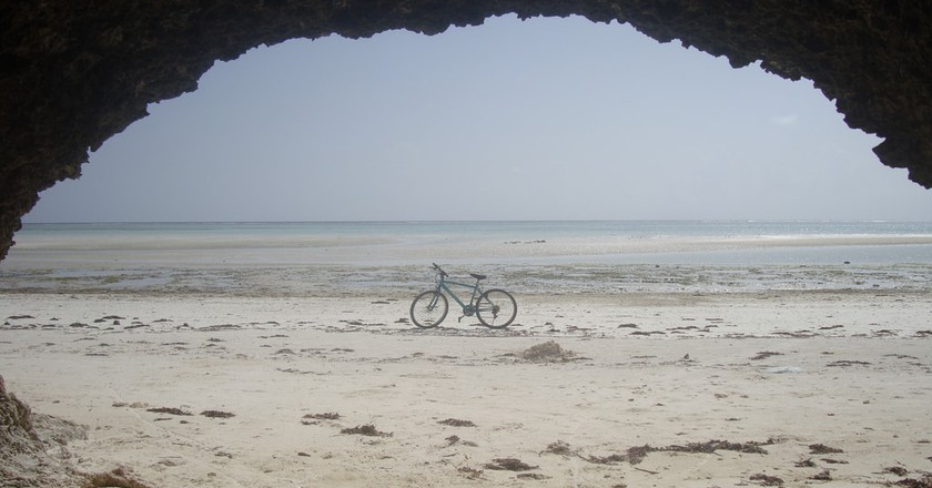 Cave on Matemwe Beach | © Toni Birrer / Flickr