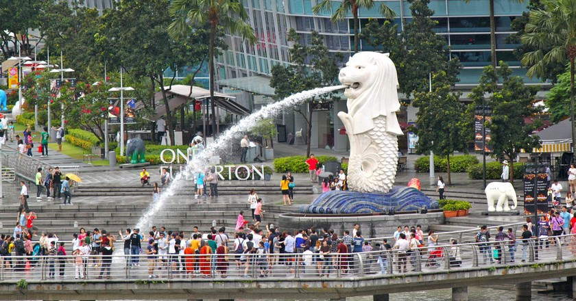 Crowd of tourists at the Merlion Park