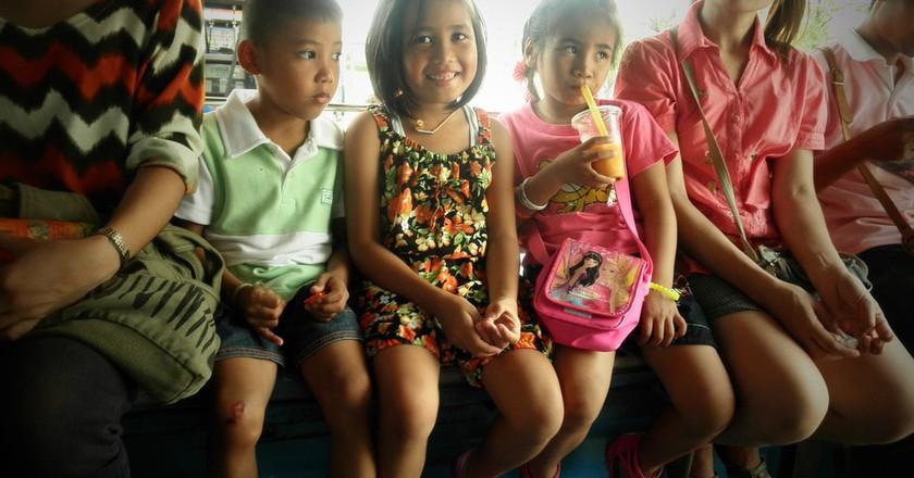 Local children in a Songtaew, Bangkok | © mkismkismk/Flickr